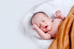 bebe dans un couffin